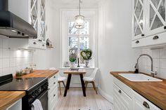 Kök från Ballingslöv med gott om förvaring och arbetsytor, spis och fläkt från SMEG. Kökslucka Meny i vitt