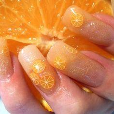 uñas con rodajas de naranja.