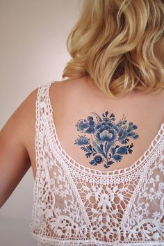 This pretty floral temporary tattoo is made in the Dutch 'Delft Blue' style. You can get so many pretty things in Delfts blauw and I love to make something that shows my love for the Netherlands and D