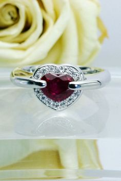ハートシェイプのルビーをがっちり挟んだリング。きれいなルビーは圧巻です。 Heart Ring, Rings, Jewelry, Jewlery, Jewerly, Ring, Schmuck, Heart Rings, Jewelry Rings