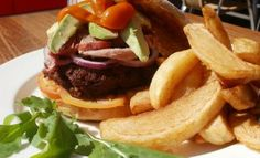 Café-style weekend brunch - Burger and chips Homemade Beef Burgers, South African Recipes, Ethnic Recipes, Burger And Chips, Potato Wedges Recipe, Gourmet Burgers, Cafe Style, Brunch, Favorite Recipes