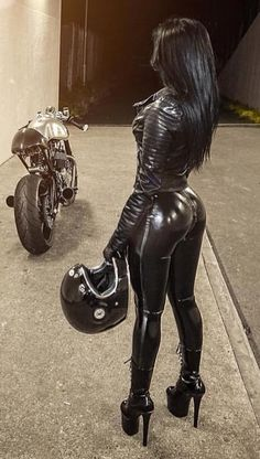 Motard Sexy, Mode Latex, Looks Pinterest, Belle Silhouette, Motorbike Girl, Leder Outfits, Mädchen In Bikinis, Sexy Latex, Biker Girl
