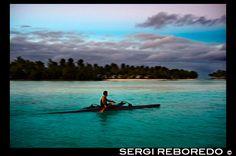 Aitutaki . Isla Cook. Polinesia . El sur del Océano Pacífico. Un turista se practica el remo al lado de la playa de Aitutaki Lagoon Resort & Spa Hotel. El personal de Aitutaki Lagoon Resort está aquí para ayudarle con todas sus preguntas y necesidades de la actividad. Desde nuestra recepción contratar motonetas, bicicletas o un coche para recorrer la isla o reservar un viaje organizado - buceo, pesca en alta mar , los cruceros de la laguna y mucho más . Dos actividades dedicadas personal…