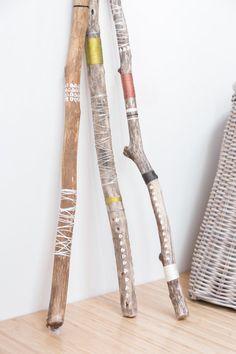 La liste est pour lune des trois branches sur la photo ci-dessus. Chaque branche est main peinte et enveloppé avec des cordes colorées qui accentuent les tons naturels du bois.