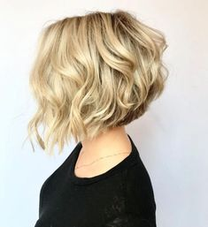 Found: 17 Short Wavy Bob Haircuts You Have to See In favor of effortless texture? See here how to dress up a short bob with bewitching waves. Bob Haircut Curly, Short Wavy Bob, Haircuts For Wavy Hair, Short Layered Haircuts, Curly Bob Hairstyles, Short Weave, Wavy Haircuts Medium, Womens Bob Hairstyles, Short Haircuts Over 50
