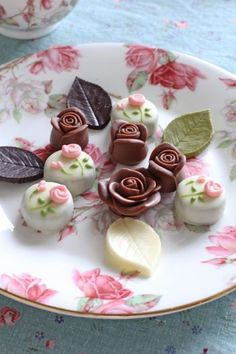 Sweets & Chocolates go with High Tea also! Afternoon Tea Parties, Dessert Decoration, Japanese Sweets, Party Treats, Mini Desserts, Macaron, Chocolate Lovers, Cute Food, Mini Cakes