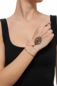 Bendis Harem Şahmeran ile tarzını ve şıklığını tamamla, modayı keşfet. Birbirinden güzel Bileklik modelleri Lidyana.com'da! Hand Jewelry, Body Jewelry, Jewelry Box, Jewelery, Women Jewelry, Fashion Jewelry, Jewel Tone Wedding, Hand Bracelet, Hand Chain