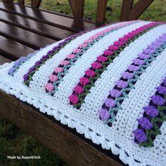 Tulpankudde-by-BautaWitch-close-up ~ free pattern Crochet Bedspread Pattern, Crochet Baby Blanket Free Pattern, Baby Afghan Crochet, Granny Square Crochet Pattern, Crochet Pillow, Crochet Squares, Crochet Patterns, Crochet Cushions, Crochet Daisy