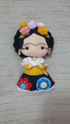 Boneca Frida Kahlo em feltro e tecido.