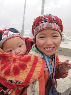 Dao people have their own customs of birth, marriage, funerals. Birth customs of Dao people Dao women give birth to their children in the seated Kids Around The World, People Of The World, Banana Flower, When You Smile, Natural Birth, Evil Spirits, Coming Of Age, Babywearing, Special People