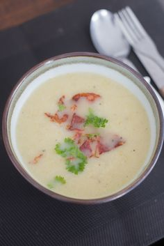 Soupe chou-fleur-poireau - OhMyFoodness - Second most important meal of the day: lunch! Healthy Soup, Healthy Recipes, A Food, Food And Drink, Lunch Restaurants, Convenience Food, Recipe Of The Day, Eating Habits, Food Videos