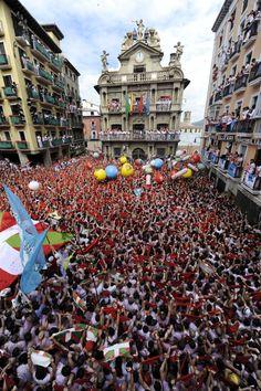 """San Fermín comienza en #Pamplona con el lanzamiento del """"chupinazo"""".  via #huffingtonpost.es"""