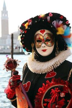 Queen of Hearts. Costume worn in Venice, Italy at Carnival in Color photography by Donna Corless. Mardi Gras Carnival, Venetian Carnival Masks, Carnival Of Venice, Venetian Masquerade, Masquerade Ball, Venice Carnivale, Costume Carnaval, Carnival Costumes, Venitian Mask