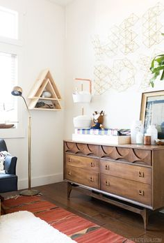 YN: DIY/Trend>>> This sideboard changing table/dresser hack is so perfect. Look at all that counter space for creams, diapers, and baby! Not to mention the amount of storage space that doubles as a dresser. Win! Win! Win! #1NurseryDesign #YouthfulNest