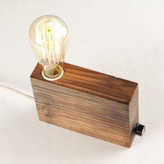 Lámpara de sobremesa de madera reciclada de nogal hecha de forma artesanal. Pieza única de estilo rústico o Vintage ideal para dar un toque de luz ambiental.