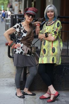 Dolores and Debra from ADVANCED STYLE. this is how I'd love to have style when my hair turns grey! Mature Fashion, Fashion Over 50, Look Fashion, Womens Fashion, Fashion Tips, Ladies Fashion, French Fashion, Fashion Websites, Stylish Older Women