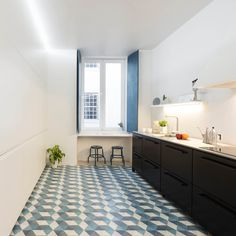 The 120m2 apartment, built in the turn of the 19th century, presented a fragmented arrangement of rooms and an erratic (almost negligent) overlay of success...