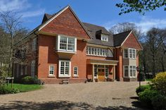 Detahced luxury house. 5 bedrooms. Comes with underfloor heating and period style stone fireplace. Located in Farnborough, Kent.