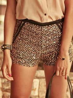 golden tweed shorts - not for me, but would look beautiful on my 20 year old daughter! Fashion Moda, Look Fashion, Fashion Beauty, Spring Fashion, Fashion Trends, Pastel Outfit, Looks Style, Style Me, Tweed Shorts