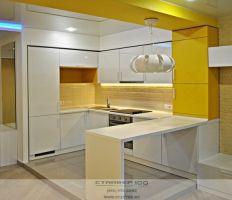 Современная кухня с барной стойкой  Белый и желтый глянец. Фото фабрики Стайвер-100