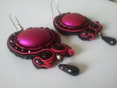 A little bit of color. This pair of earrings features pink acrylic bead centerpiece. The use of this bead made these earrings extremely light. I have also used black crystal beads that reflect the light beautifully. I have used a black tear drop bead to finish the earrings. Color of soutache used in this project – black and bright pink.