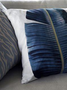 Karin Meyn maakt mooie interieurs helemaal af met prachtige styling. Karin Meyn | Pillow leaf