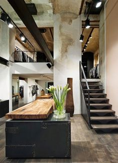 Make Your Home Shine With These Industrial Farmhouse Design Tips It may be that you have never done much with your personal living space because you feel you do not know enough about interior design. Industrial Kitchen Design, Industrial Interiors, Modern Industrial, Rustic Industrial Kitchens, Modern Kitchens, Kitchen Modern, Industrial House, Style At Home, Kitchen Styling