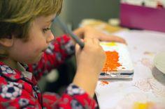 Manualidades con niños, reciclar cajas metalicas de publicidad con papel maché y pintura.