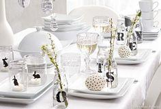 Table de Pâques : un déco de Pâques tout en blanc avec des petits bocaux chinés et des œufs décorés.