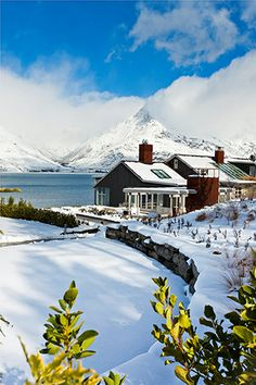 Matakauri Lodge. Hotel and restaurant on a lake. New Zealand, Queenstown.