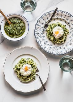 Facilísima receta de espaguetis de calabacín con huevo escalfado, cortados como espaguetis y salteados. Con fotos paso a paso y consejos.