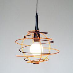 Lámpara de techoUn trazo recto de color se descuelga del techo hasta un soporte de madera para transformarse en un gran garabato que envuelve una bombilla globo, creando un volumen de luz y sombras. Se puede combinar una gran variedad de colores adaptándose así a cada espacio.Acabado de la estructura en entelado de nylon, en trece colores a elegir.Colores a elegir- Gris- Amarillo- Naranja- Rojo- Violeta- ...