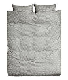 Grå. Dobbelt sengesæt i fintrådet bomuldskvalitet med trykt mønster. Dynebetrækket lukkes forneden med skjulte metaltrykknapper. To hovedpudebetræk.