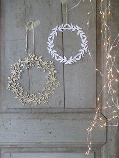 DIY paper wreath for spring! Noel Christmas, All Things Christmas, Winter Christmas, Christmas Wreaths, Christmas Crafts, Christmas Decorations, Xmas, Winter Wreaths, Christmas Paper