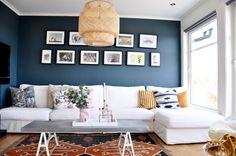 KONTRASTER: Nina har malt stuen mørk blå – men på grunn av store vinduer og lyse møbler, føles likevel ikke rommet lite eller mørkt. Fargerikt interiør er også Nina opptatt av.