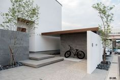 LIXILエクステリアコンテスト ~2016年 銀賞作品~ Home Interior Design, Exterior Design, Interior And Exterior, Entrance Design, House Entrance, Modern Japanese Architecture, Japan Architecture, Small Modern Home, Balcony Design