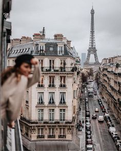 VISIT FOR MORE Street view of the Eiffel Tower in Paris! Paris is a bucket list city for me. Love this travel inspiration shot! Oh The Places You'll Go, Places To Travel, Travel Destinations, Places To Visit, Berlin Paris, Paris Paris, Paris City, Torre Eiffel Paris, Tour Eiffel