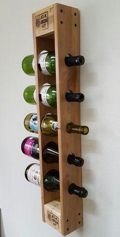 Styliser la façon dont vous stockez votre vin avec ce support vertical palette de vin ! Lorsquil est monté solidement sur un mur, ce casier à vin unique est capable de tenir cinq bouteilles de taille standard de vin ! -Dimensions : 29 haut x 5 de large x 3.5 profond -Tache : Grain naturel du bois. Aucune tache appliqué. -Protecteur de finition : Vernis de semi-Gloss -Construits à partir de bois de palette naturellement vieilli. Fait de blocs de pin et de chênes côtés. (Quelques trous de…