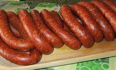 Mäso zomelieme na kotúči s veľkými otvormi do vhodnej nádoby - koryta. Pommleté koreniny, prelisovaný cesnak, soľ, sanitru, práškový cukor...