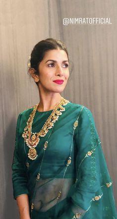 Ohh this beautiful saree! Indian Wedding Outfits, Indian Outfits, Indian Clothes, Saree Blouse Neck Designs, Modern Saree, Sari Dress, Stylish Sarees, Saree Wedding, Desi Wedding