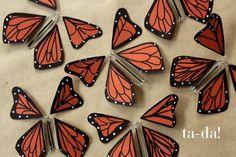 ¿Qué tienen de sorprendentes estas mariposas? La manera en la que están montadas, con alambre y gomas elásticas, hace que salgan volando de cualquier sitio donde hayan sido escondidas estratégicamente. Por ejemplo, dentro de un libro, o una tarjeta de felicitación, destinados a regalar. Imaginaos la sorpresa al abrirlos. El tutorial es de You are my fave.