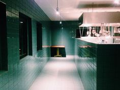 CRACKERS, Berlin. http://crackersberlin.com/,  Ex-Cookies Location in der Friedrichstraße, vom Club zum Restaurant & Bar, Eingang durch die Küche. An der Bar wird geraucht. Essen okay. Location top! Sehr schönes Corporate Design.