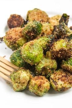 The Best Brussels Sprouts Recipe Side Dishes with brussels sprouts, black pepper, garlic salt, olive oil, seasoned bread crumbs Side Dish Recipes, Vegetable Recipes, Dinner Recipes, Spinach Recipes, Tasty Vegetarian, Paleo, Cooking Recipes, Healthy Recipes, Yummy Recipes