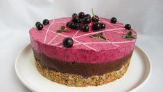 I denne kaken får du en supersprø hasselnøttbunn kombinert med fløyelsmyke marengsbaserte mousser.