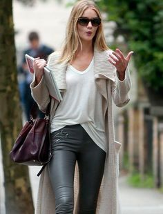 V-neck T + sweater coat + leather leggings My Unique Style, Style Me, Street Chic, Street Style, Rosie Huntington Whiteley, Dress To Impress, Celebrity Style, Winter Fashion, Vogue