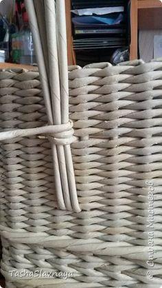 Newspaper Basket, Paper Weaving, Home Hacks, Basket Weaving, Paper Goods, Recycling, Knitting, Creative, Handmade