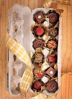 Vai presentear com bombons? Inove, transferindo os chocolates da embalagem original para uma bandeja de ovos