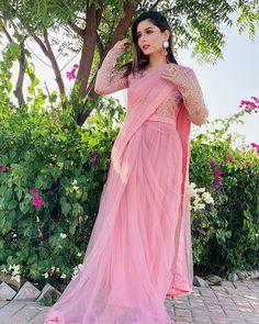 Pakistani Girls Pic, Pakistani Fashion Casual, Pakistani Dress Design, Pakistani Designers, Pakistani Outfits, Stylish Dress Designs, Stylish Dresses, Fashion Dresses, Formal Dresses