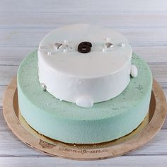 I nadále se snažím vyvracet mýty o škodlivosti dortů. Zvlášť těch pěnových. Namísto těžkých máselných krémů velmi sladkých dortů a mastixu přijdou moderní pěnové dezerty. Vždy se jedná o vyváženou chuť jemnou strukturu a přírodní ingredience. Rozmanitost chutí nenechá nikoho lhostejným. Tento dort byl zvláštní protože jsem ho dělala pro Poděbradský krasobruslařký klub. Takže dort měl být bezpečný pro postavu sportovkyně a skvělý protože je nutné pohostit každého. A tak se i stalo…