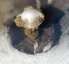 EARLY STAGE OF ERUPTION TAKEN BY NASA/ESA HUBBLE. SARYCHEV VOLCANO, 2009.